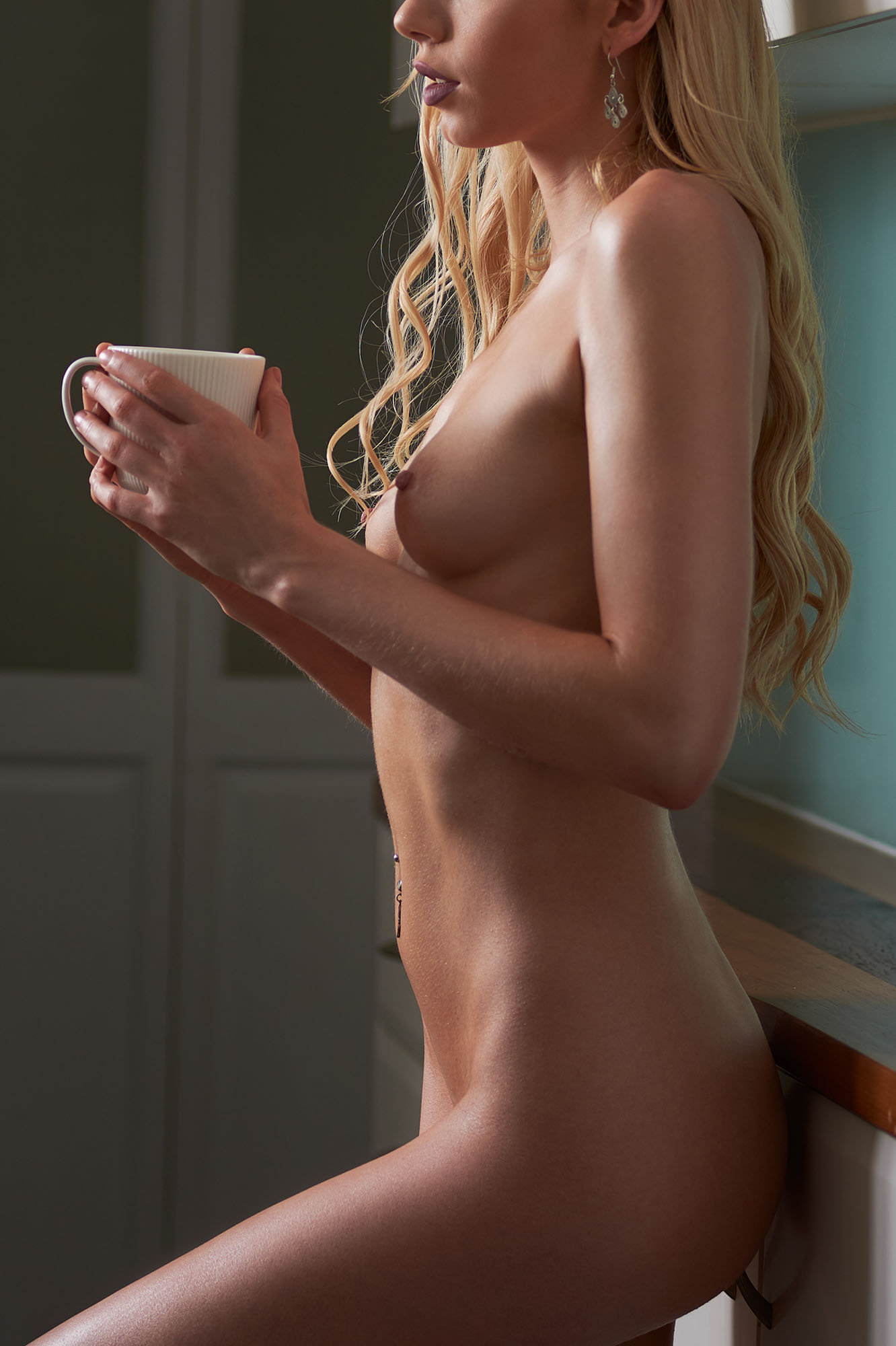 body-art-nude-coffee-kitchen